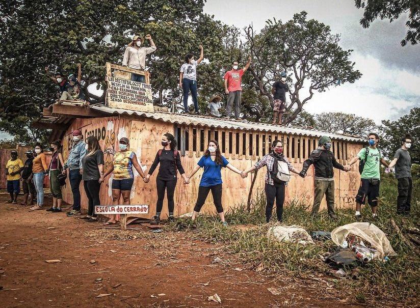 Toda força aos ativistas e moradores que estão protegendo a escola do cerrado com seus próprios corpos ! #ocupaCCBBresiste https://t.co/7U1ugTvJeC