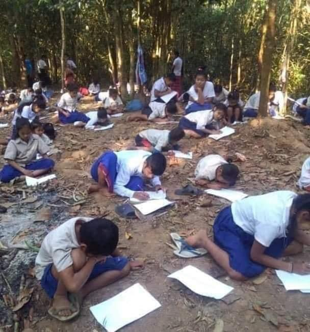 Refugee students and teachers in Kayin State are struggling to study in the jungle due to military airstrikes.                                                    #WhatsHappeningInMyanmar               #Apr6Coup.                                              #UNHR https://t.co/BmHve3fovo