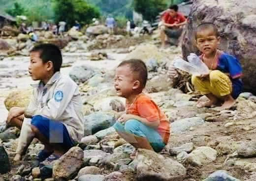 Karen children in Karen State, who were destroyed by the military's air strikes and fled in the jungle,Karen Myanmar.                                                  #WhatsHappeningInMyanmar            #Apr6Coup.                                              #UNHR https://t.co/ov9NUmIcb6