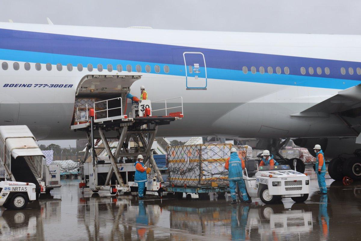 \昨日雨の中ワクチンが到着した時の様子をお届け✨/ ワクチン輸送量の増加に伴い、機体を大型化しトリプルセブンで運航✈️。搭載可能量が、約1.7倍になりました🧑✈️ 一日でも早く多くの人がワクチンを接種できるよう、しっかり輸送を担っていきます💉 ▼到着時の様子はこちら