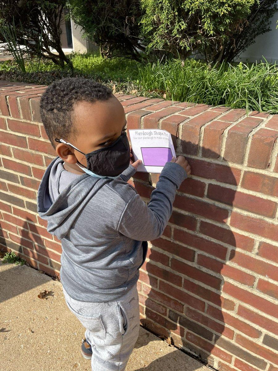 لقد قمنا ببحث عن الأشكال في المدرسة اليوم ووجدنا العديد من الأشكال! #KWBPride BarrettAPS APSVirginia APS_EarlyChild https://t.co/xjDThvGdAU