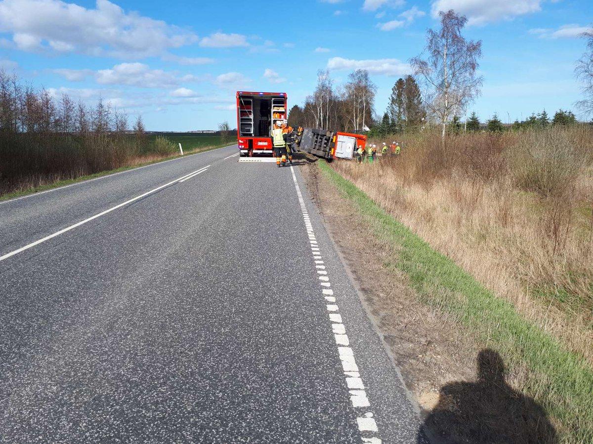 En væltet svinetransport skaber færdselsmæssige udfordringer, på Hadsundvej i Gjerlev J. Vejen er spærret i begge retninger, grundet løse grise på kørebanen. #politidk https://t.co/90NlK5sVSm