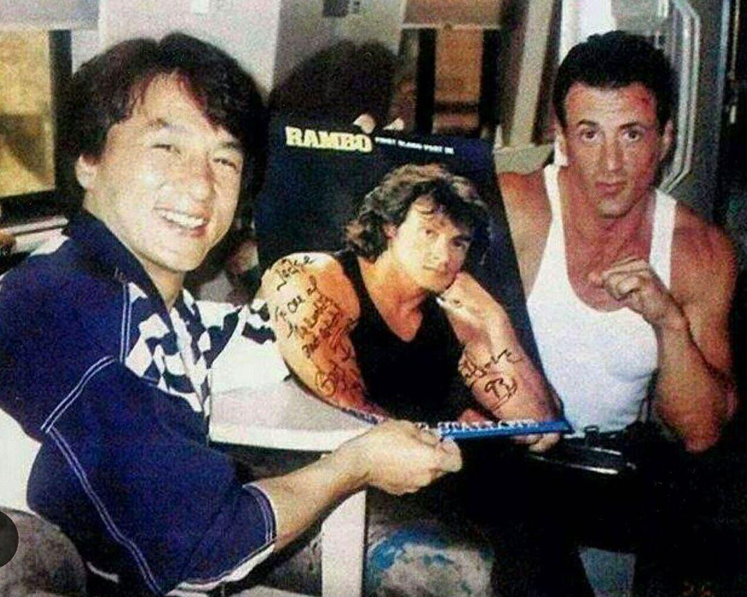 Ici en compagnie de Sylvester Stallone sur le tournage de Demolition Man (1992), le légendaire Jackie Chan célèbre ses 67 ans aujourdhui ! 🥋 Pour vous, Jackie Chan cest... ✨