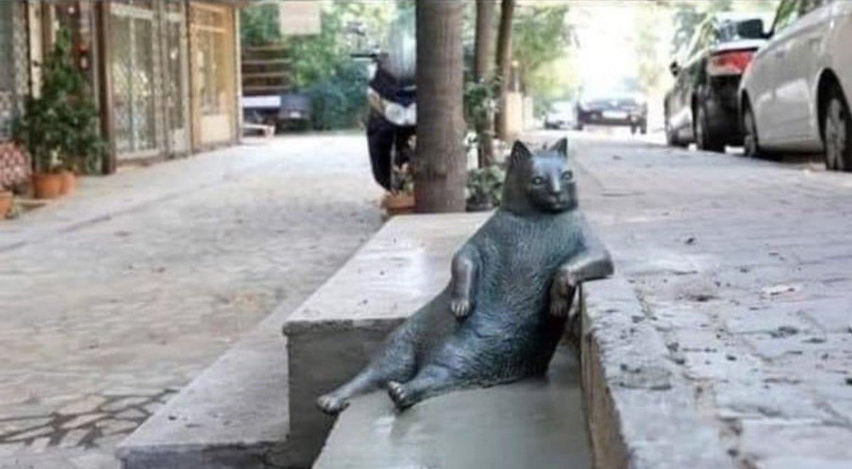 毎日のように同じポーズを取っていた猫が亡くなったけど?同じ場所に記念碑が建てられる!