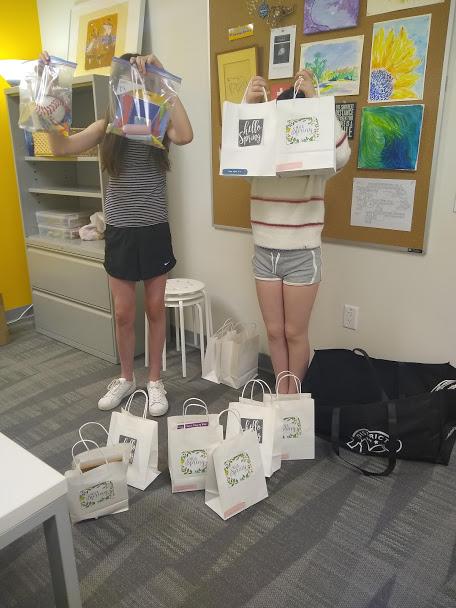 El Phoenix Too Club (el Kindness Club) creó bolsas de regalo y kits de higiene para regalar a los refugios para personas sin hogar. Esos artículos fueron entregados a los refugios esta mañana. ¡Una gran enhorabuena a los estudiantes que se preocupan y sirven a nuestra comunidad! https://t.co/sQBmtPGgpv
