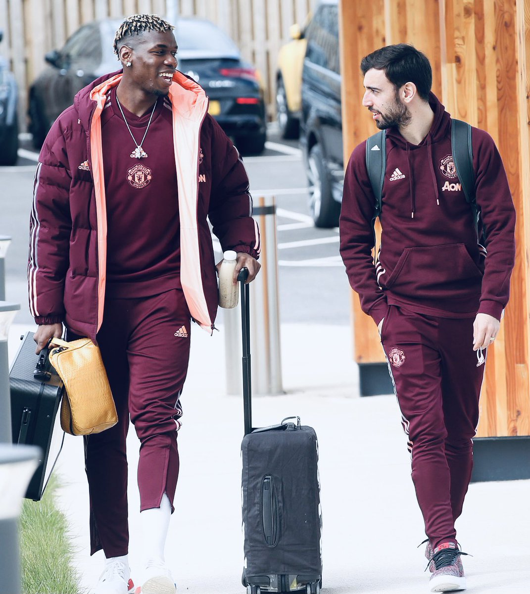 """Fresh and ready! 😉  @paulpogba with all that luggage I hope you didn't forget the """"Perudo"""" game 🎲  Spain here we come 🛫🇪🇸 https://t.co/z8u8GHzGlq"""