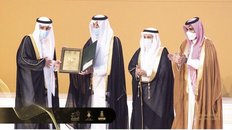 """""""خالد الفيصل"""" يتوج عادل الجبير بـ""""جائزة الاعتدال"""" في دورتها الرابعة."""