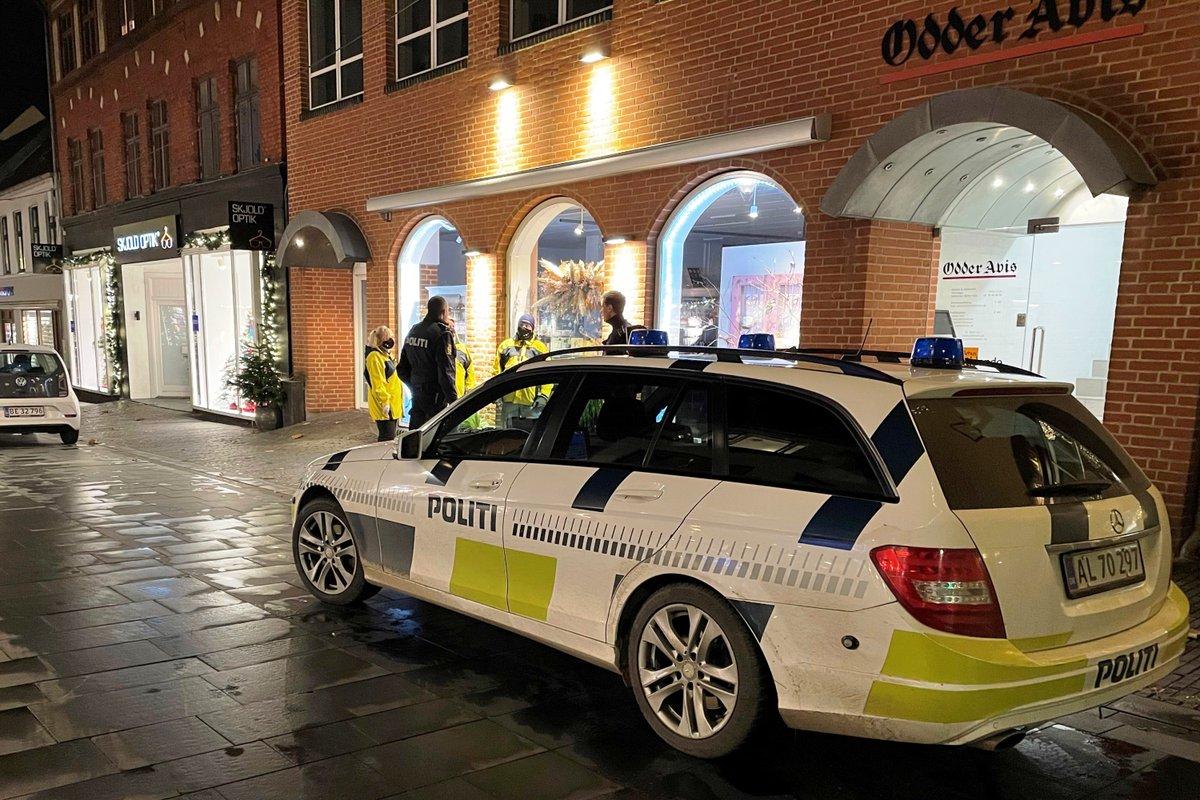 Som følge af den nye politiske flerårsaftale for politiet og anklagemyndigheden kommer der flere betjente på politistationen i Odder, der samtidig flytter i nye lokaler og udvider åbningstiderne - læs mere her: https://t.co/g63kYD1rGl #politidk https://t.co/xzX76K5z5G