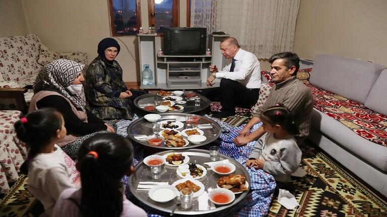 بالصوَر.. أردوغان وزوجته على مائدة إفطار مواطن تركيّ