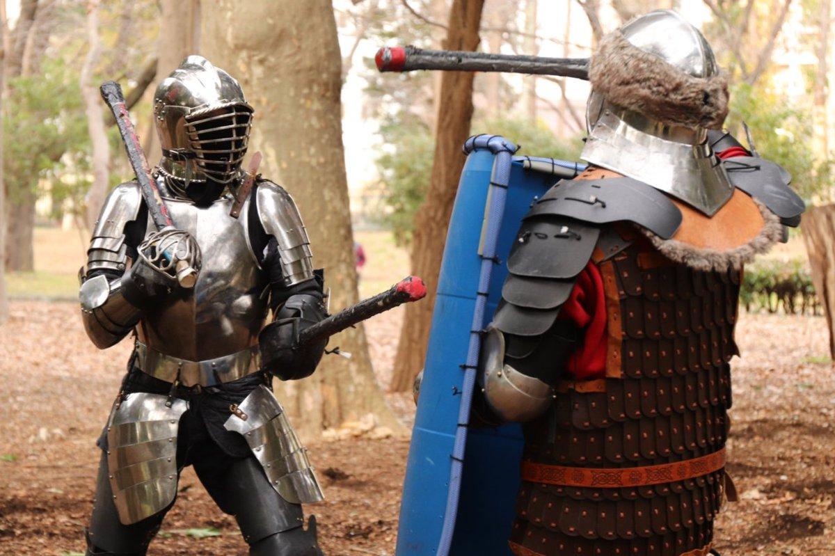 最近のラノベだと #我が驍勇にふるえよ天地 のレオナートや #グランクレスト のテオ=コルネーロなど、敵の斬撃や刺突を甲冑の上を滑らせて受け流すキャラを見かける。重装備の騎士がフル装備で戦い、剣や盾だけでなく、鎧を使いこなして戦うのだ。鎧を使いこなす戦い方の研究も今後注目されるだろう。