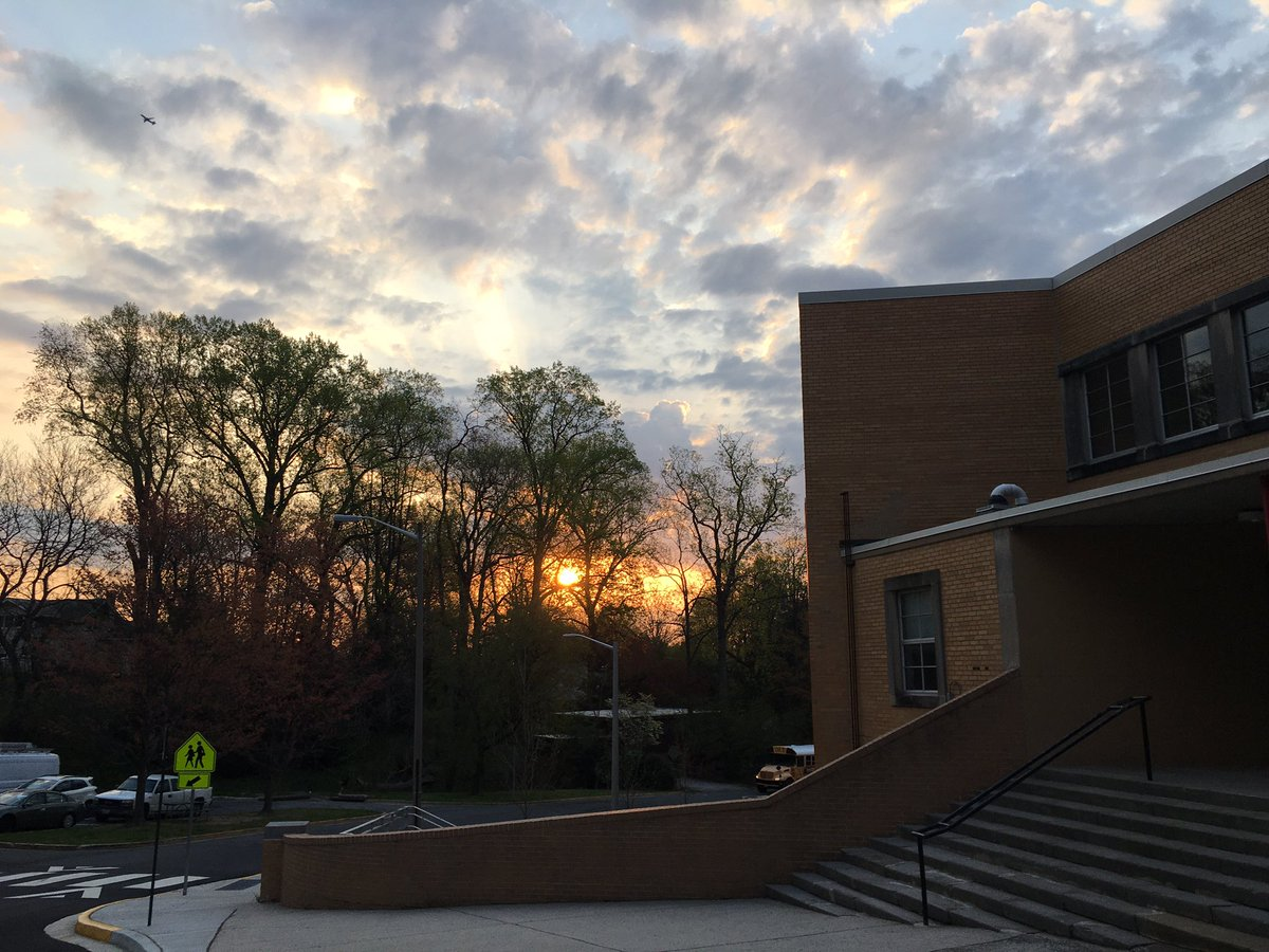 It's a beautiful day for bus duty!  Happy Thursday everyone!  See you soon <a target='_blank' href='http://twitter.com/DHMiddleAPS'>@DHMiddleAPS</a> students! <a target='_blank' href='https://t.co/D7zR5n5JfR'>https://t.co/D7zR5n5JfR</a>