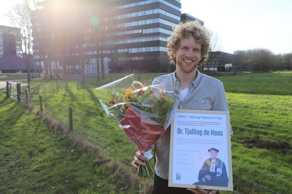 #earthsciences | Tjalling de Haas from @UniUtrecht has won the NWO-Vening Meinesz Prize for earth sciences. He receives the prize for his groundbreaking research into debris flows. Tjalling received the prize at the first online edition of #NACgeo https://t.co/GZwCp9Ls3L
