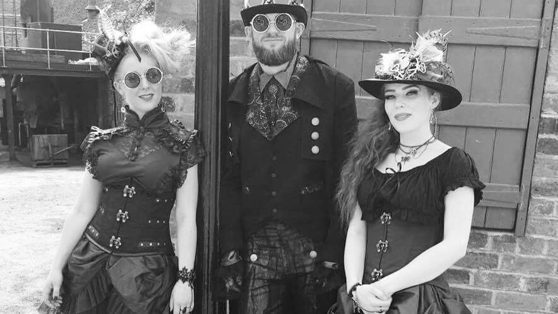 #Cosplay 🎩 Awesome of the Day ⭐ ➡️ #Steampunk ⚙️ Costumes at Blists Hill #Victorian Town via @MaisondeCantern #SamaCosplay ➡️ View More #SamaCollection 👉 https://t.co/Kugls40kPu