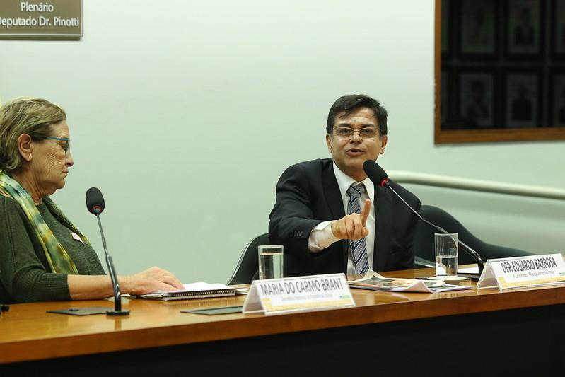 Capa: Bancada mineira vai destinar R$ 15 milhões para vacinas contra COVID da UFMG. A...