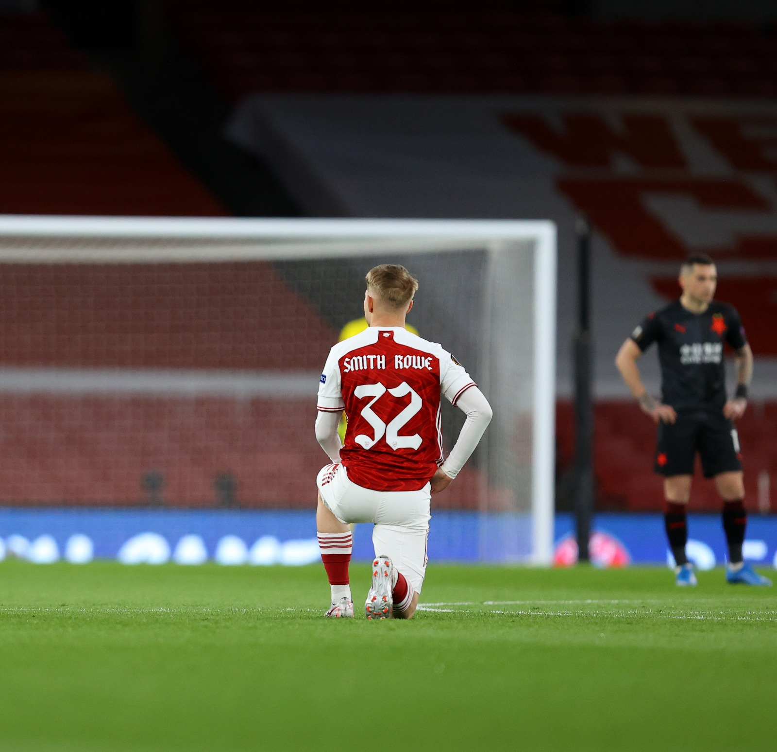 Emile Smith Rowe takes the knee ahead of kick-off