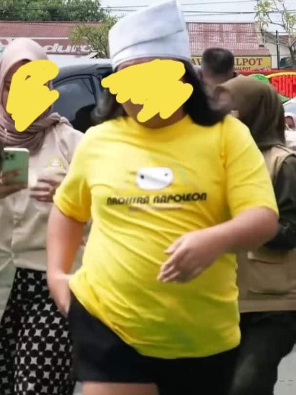 Selebgram Keanu Agl saat menghadiri grand opening gerai oleholeh di Riau beberapa waktu lalu dnegan menggunakan tanjak dan celana pendek.