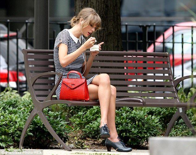 公園でぼっち飯しているのに?オシャレに見えるテイラー・スウィフト!