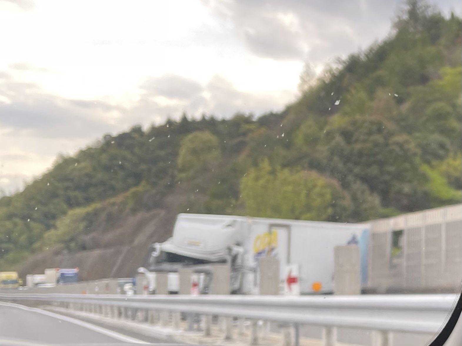 大野IC付近でトラックが道路塞ぐ事故の画像