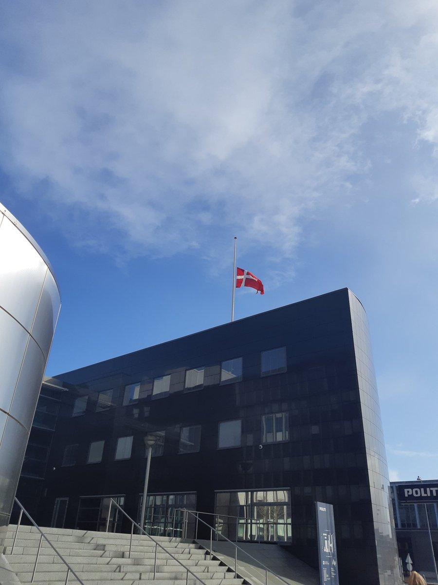 Splitflaget vajer fra halv stang i dag fra politistationen i #Aalborg. Nogen, der kan gætte anledningen? Hint: Vi sætter på hel stang kl 12.00.  #politidk https://t.co/zeJryo6elD