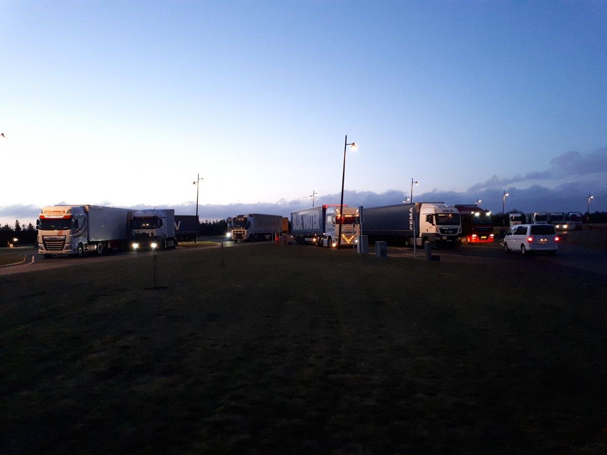 Politiets Tungvognscenter Nord foretog den 5.-8. april en målrettet kontrol af vare- og lastbiler i Aarhus, Herning, Skjern og Tarm på baggrund af nye cabotageregler. Kontrollen viste, at ikke alle vognmænd efterlever de nye regler.  https://t.co/Ib8yLgpFS3 #politidk https://t.co/f1zm0grMQE