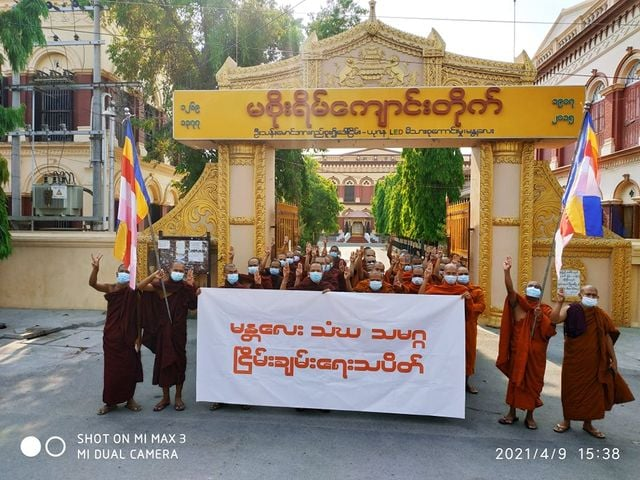 Buddhist monks in #Mandalay  continued their daily protests against Myanmar's military dictatorship on Friday. (Photo: CJ)   #WhatsHappeningInMyanmar https://t.co/1QrmSOZcgc