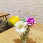 Image for the Tweet beginning: 今週、教会のカフェに飾ったお花です。 黄色とピンクの小さい百合のような花はアルストロメリア。  ピンクの花言葉は『思いやり』 友達の名を思って名付けたことに由来するそうです。 何か心が暖かくなりました😊  #花いっぱい運動 #安田花店 #花言葉