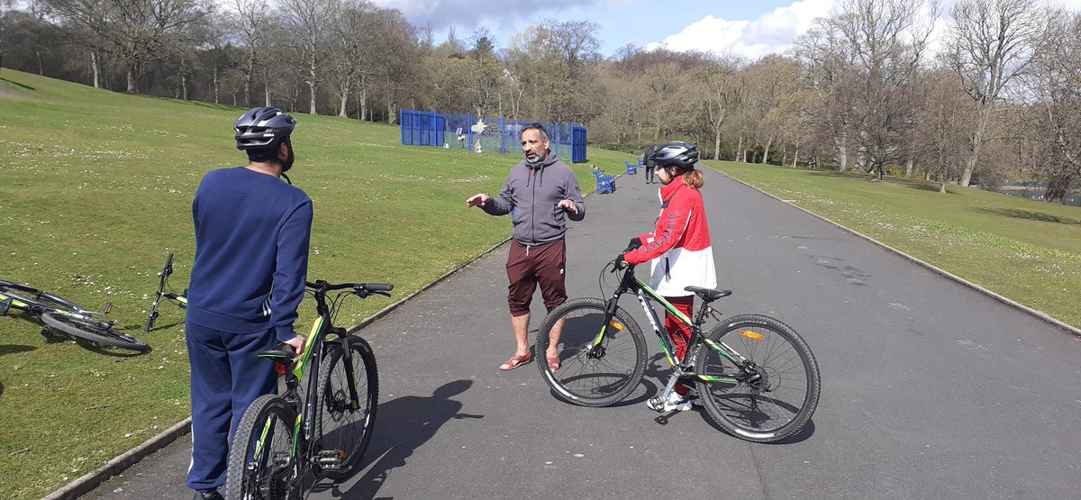 Great sunny day for cycling! @BritishCycling Nazaket Ali taking JU:MP Leads Awn and Amal through some cycling skills in Lister Park! @YouthBradford @JoinUsMovePlay #cycling #Bradford