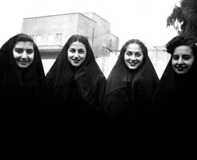 إسرائيل تغرد : فتيات يهوديات عراقيات يرتدن الزي الإسلامي وتبدو بينهن ملكة جمال العراق (رينيه دنكور) الثانيه على…