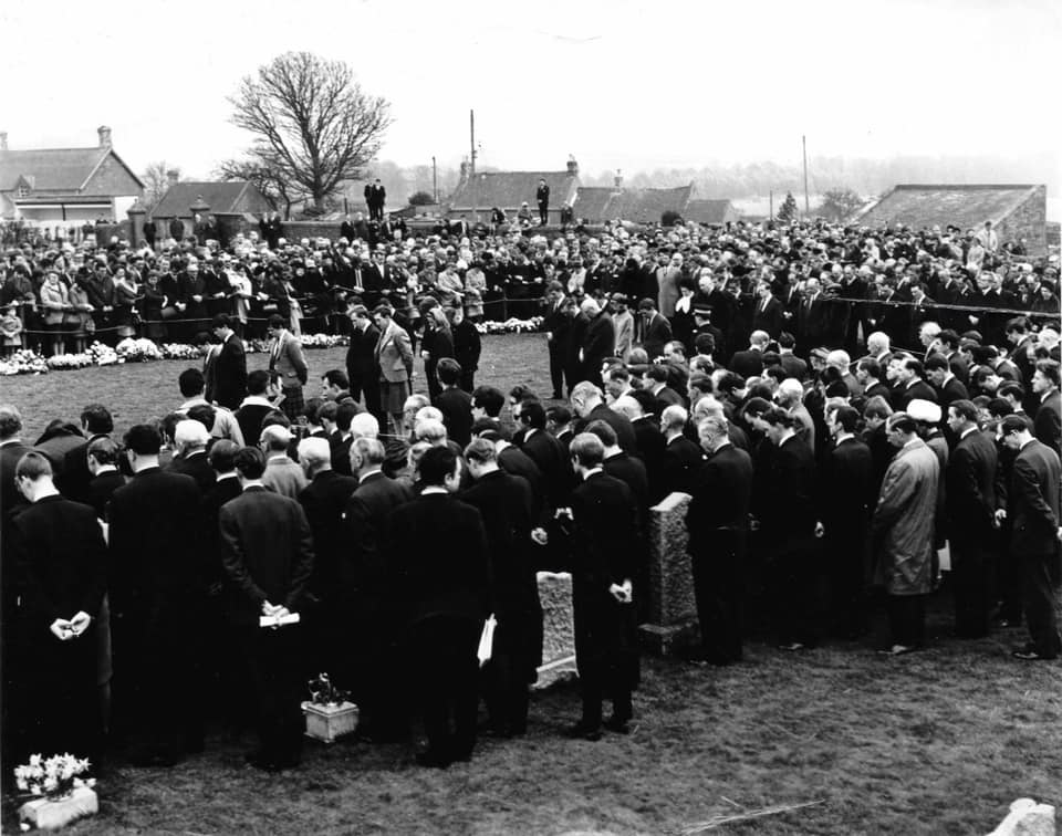 On 10 April 1968... the world of Formula 1 came to the village of Chirnside in the Scottish Borders for the funeral of Jim Clark just 3 days after his tragic accident at Hockenheim. Almost 7,000 people attended with family, friends and villagers standing alongside F1 stars. 🏁🏁