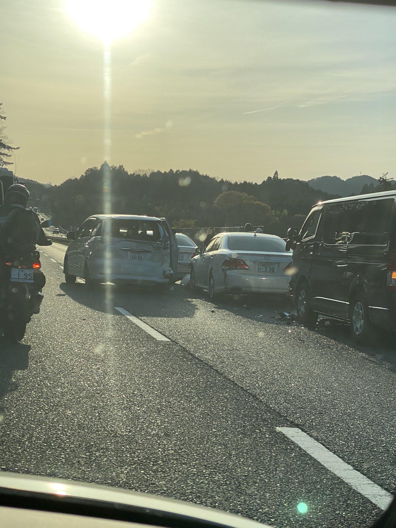 名阪国道の福住IC付近の玉突き事故の現場画像