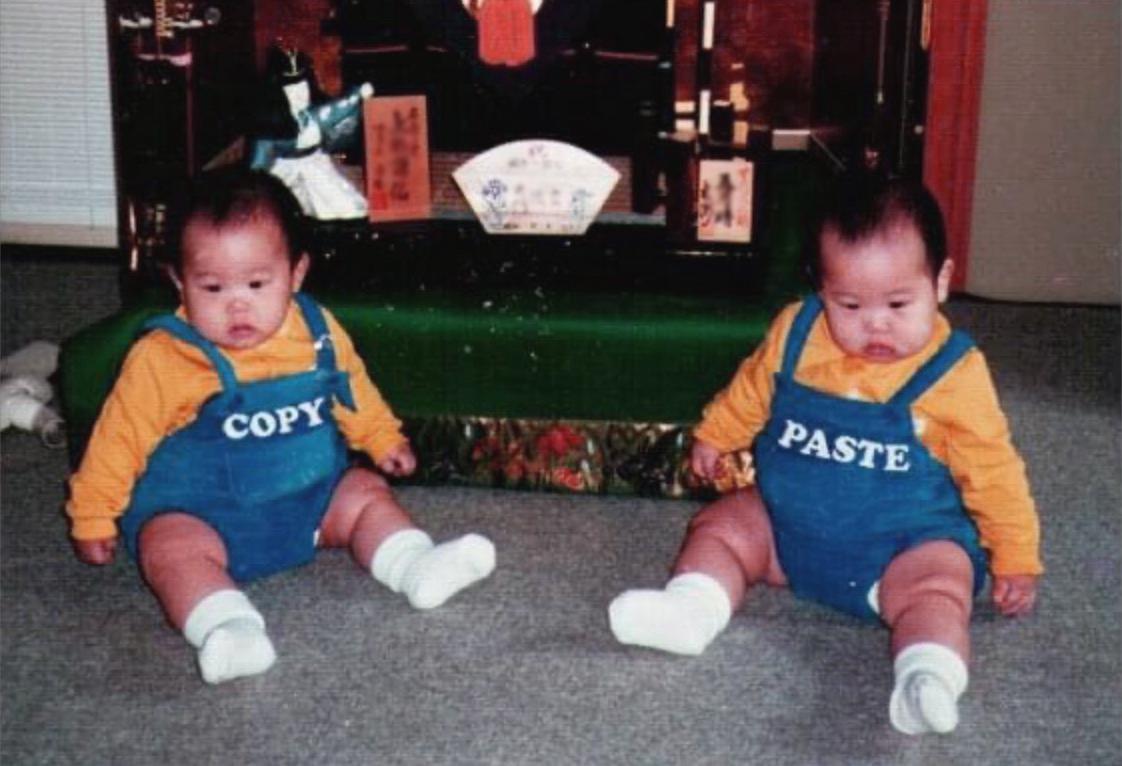 お父さんから送られてきた子供の頃の写真!双子の服がコピー&ペースト!