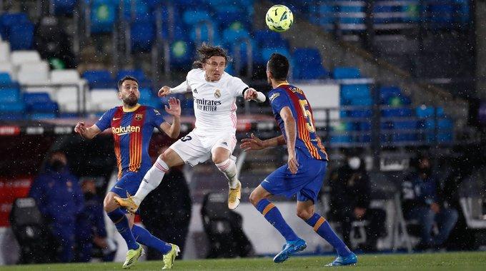Pemain Real Madrid Luka Modric di antara dua pemain Barcelona Jordi Alba dan Sergio Busquets