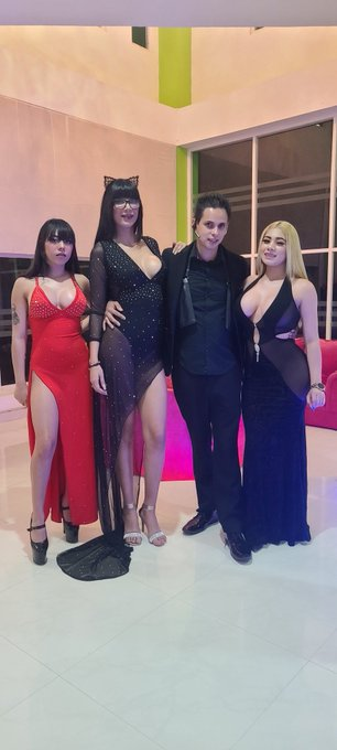 1 pic. Show time!!!!! Con mis 3 Novias @YamiRamirezmex @MiaMarinOficial @GiselleMontes18 https://t.c