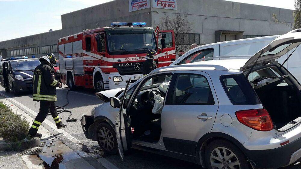 Frontale all'incrocio di Istrana: feriti due autom...