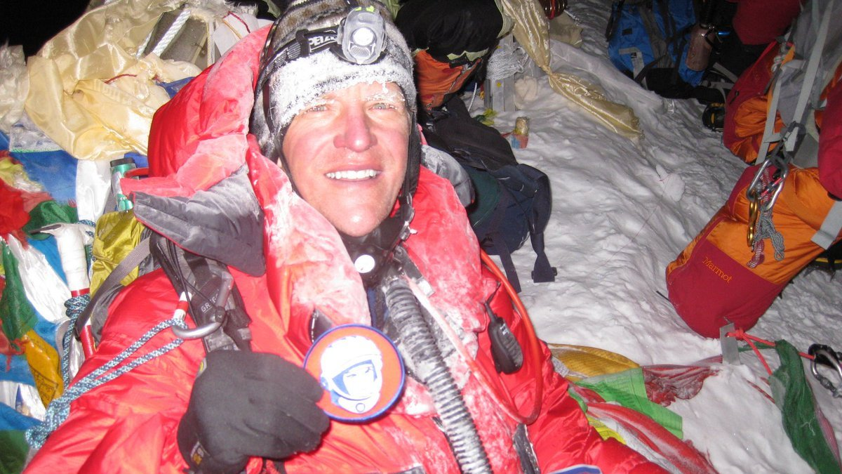 NASA Astronaut Scott Parazynski @AstroDocScott holding a @YurisNight patch on the summit of Mt #Everest (8848.86 m) back in 2009. https://t.co/OKOXwXLM0g #CosmonauticsDay https://t.co/plvLqQ5VL2