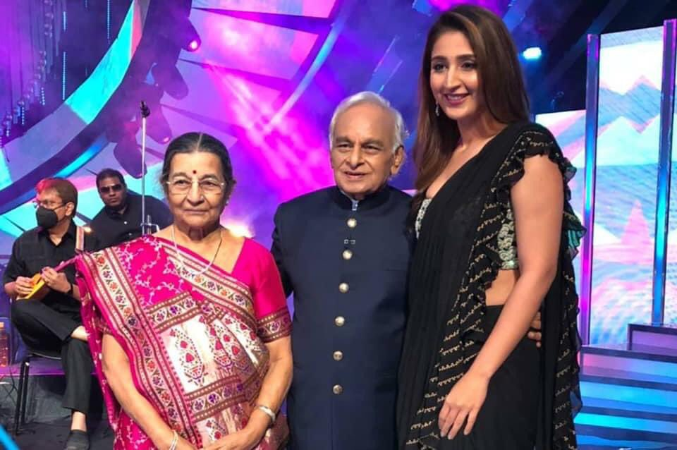 Dhvani had  absolute joy singing Dilbar with @iAmNehaKakkar and humming a few lines of #Radha on the sets of #IndianIdol. She was also honoured to meet Anandji and get his blessings.