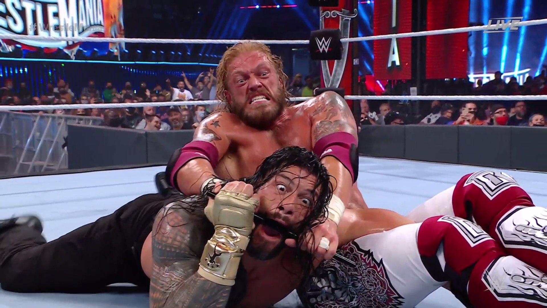 Edge sometiendo a Roman Reigns en WrestleMania 37.