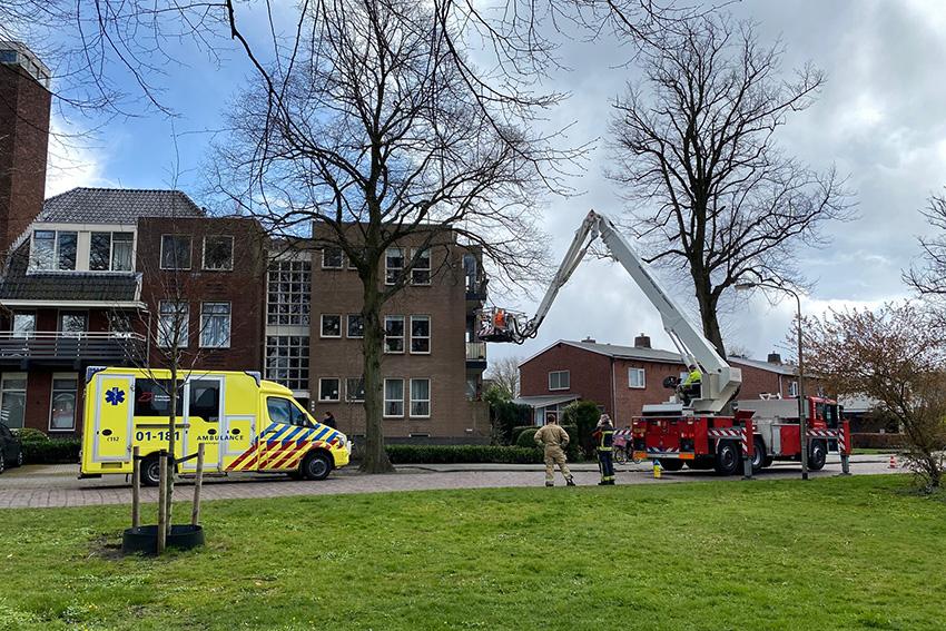 Brandweer assisteert ambulancedienst met afhijsing..