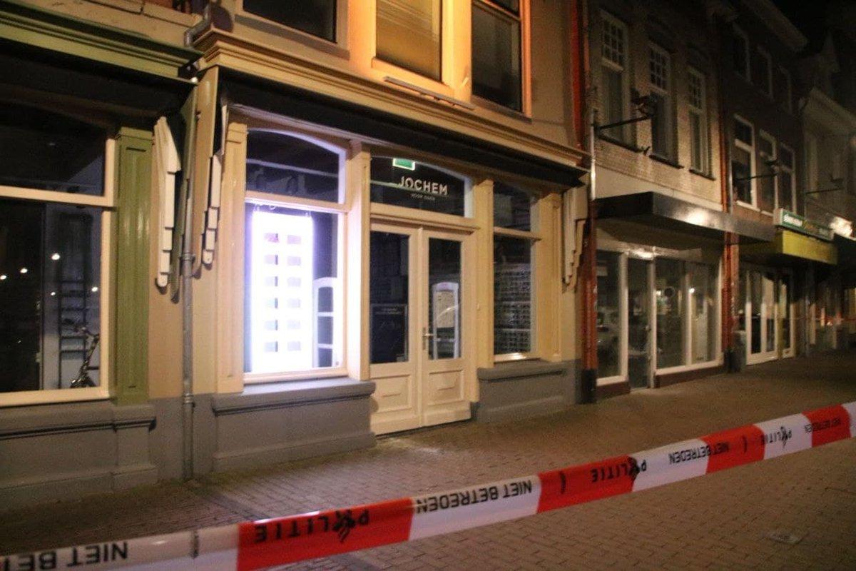 Politie Zwolle zoekt getuigen ramkraak bij Jochem voor Ogen - #nieuws #zwolle..