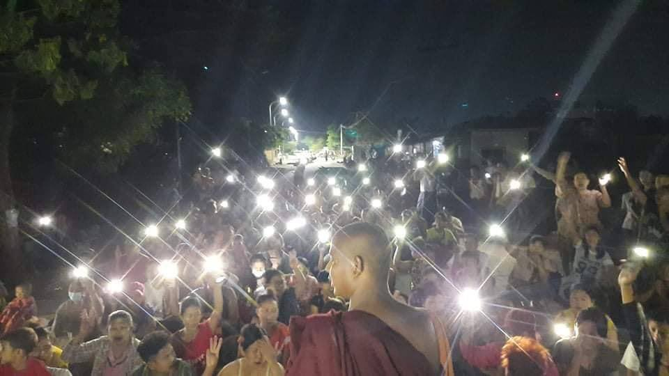 Tw // light Residents of PyiGyiTakhon township, Mandalay never fails to protest against dictatorship. Federal Democracy must prevail. #WhatsHappeninglnMyanmar  #Apr12Coup #MilkTeaAlliance @AllianceMilkTea @YourAnonCentral @TostevinM @clarissaward @freya_cole @poppymcp @CNN https://t.co/ShD4ycPwG3