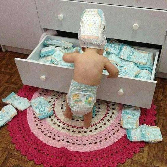 何やら忙しそうな赤ちゃん!大きなおむつがふたつwあ~これでもない・これでもない!
