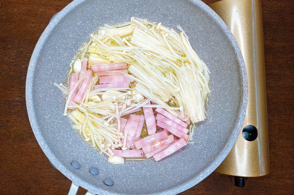 煮るだけだから簡単!えのきやベーコンをオリーブオイルで煮込んで作るお手軽レシピ!