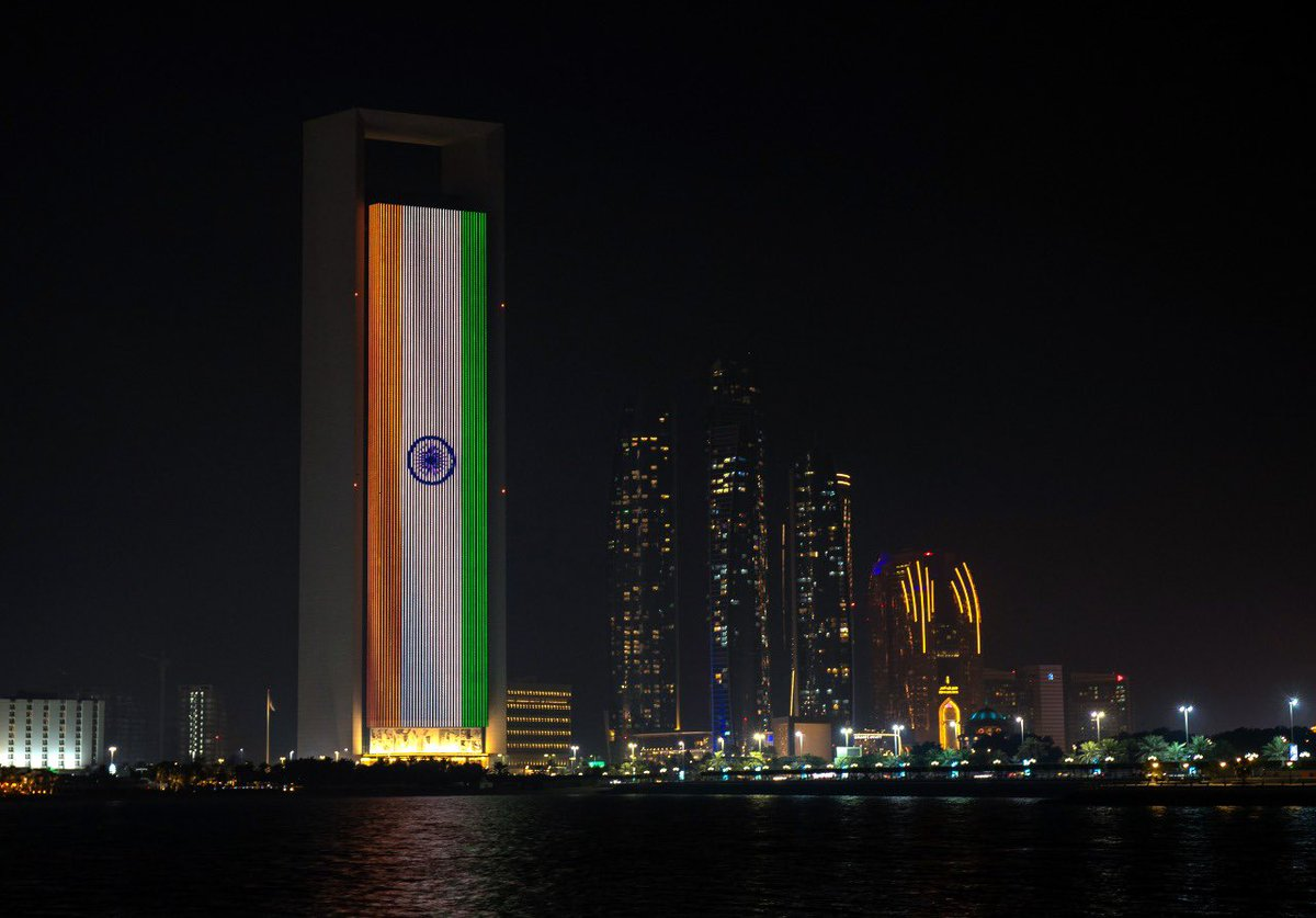 Tonight we stand in solidarity with #India 🇮🇳. Prominent landmarks in the UAE display the Indian flag as India #Delhi fights #covid19   #StayStrongIndia 🇦🇪 🇮🇳 #CovidIndia https://t.co/zgQTbQRmKL