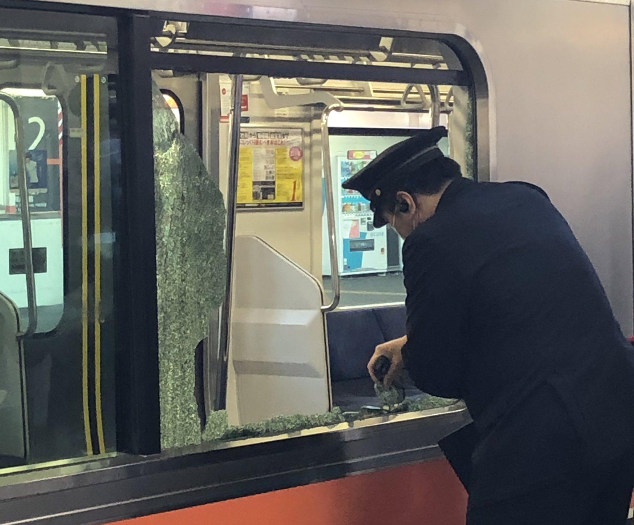 武蔵野線の西国分寺駅で電車の窓ガラスが割れた現場の画像