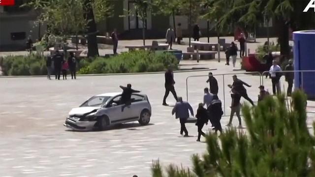test ツイッターメディア -【強い】暴走する車を男性がドロップキックで阻止 アルバニアhttps://t.co/MrRanTgdor車は運転席のドアが開いたままぐるぐると回転。一瞬の隙をみた男性が運転席に向かって蹴りを入れて阻止した。運転していた男は大麻を吸い、別の場所でも事故を起こしていたという。 https://t.co/V7yijyvi7q