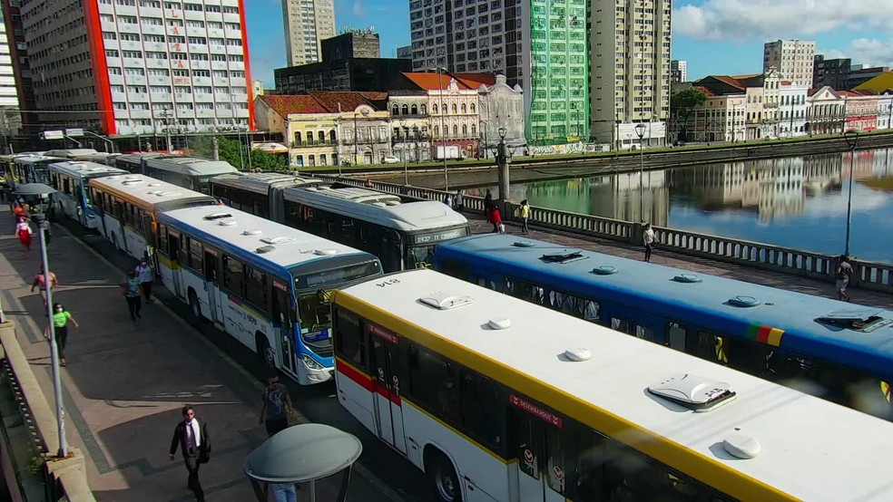 Ônibus são estacionados no Centro do Recife em protesto por vacina contra Covid para rodoviários => https://t.co/wVabdzQnyh #G1 https://t.co/AOtel0rkD0