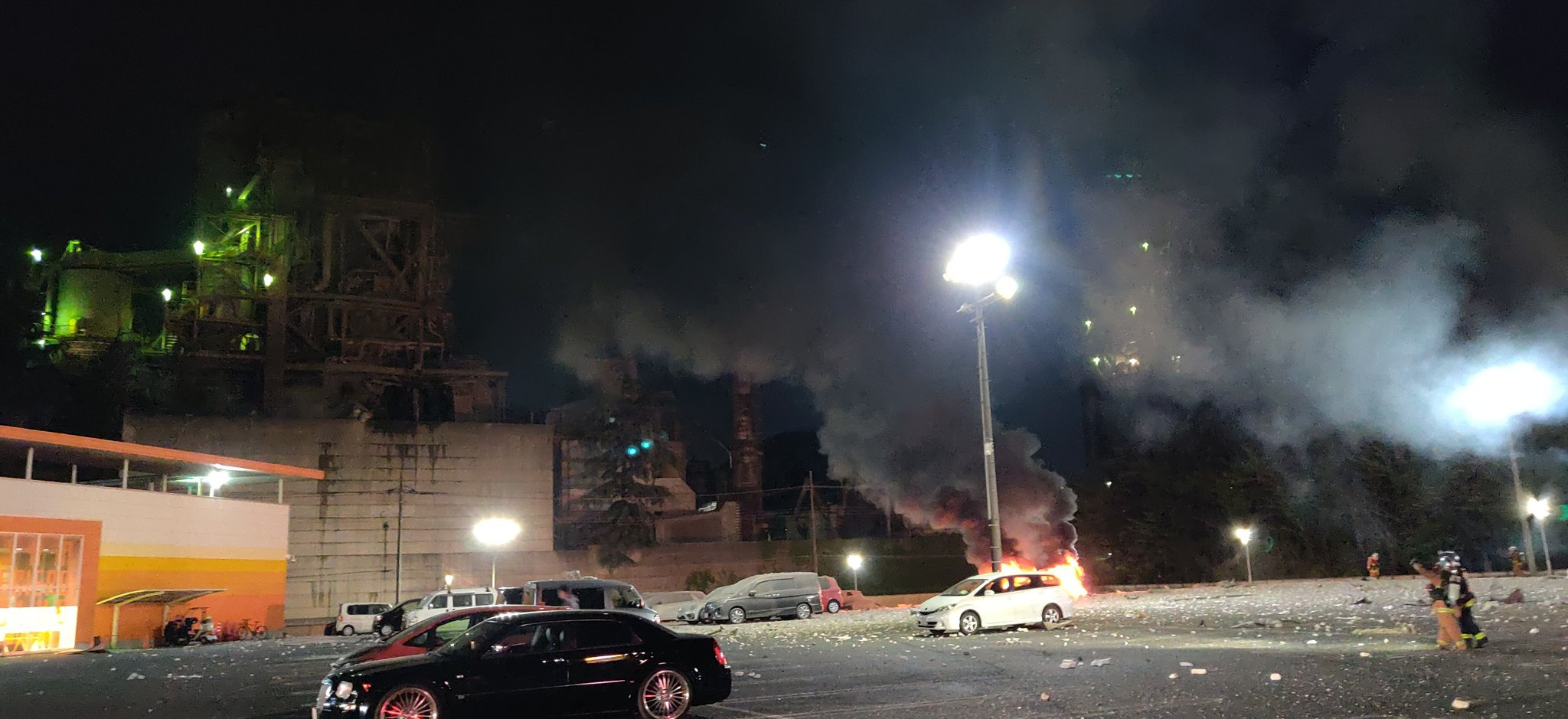 日高市原宿のセメント工場の爆発で車両火災が発生している画像