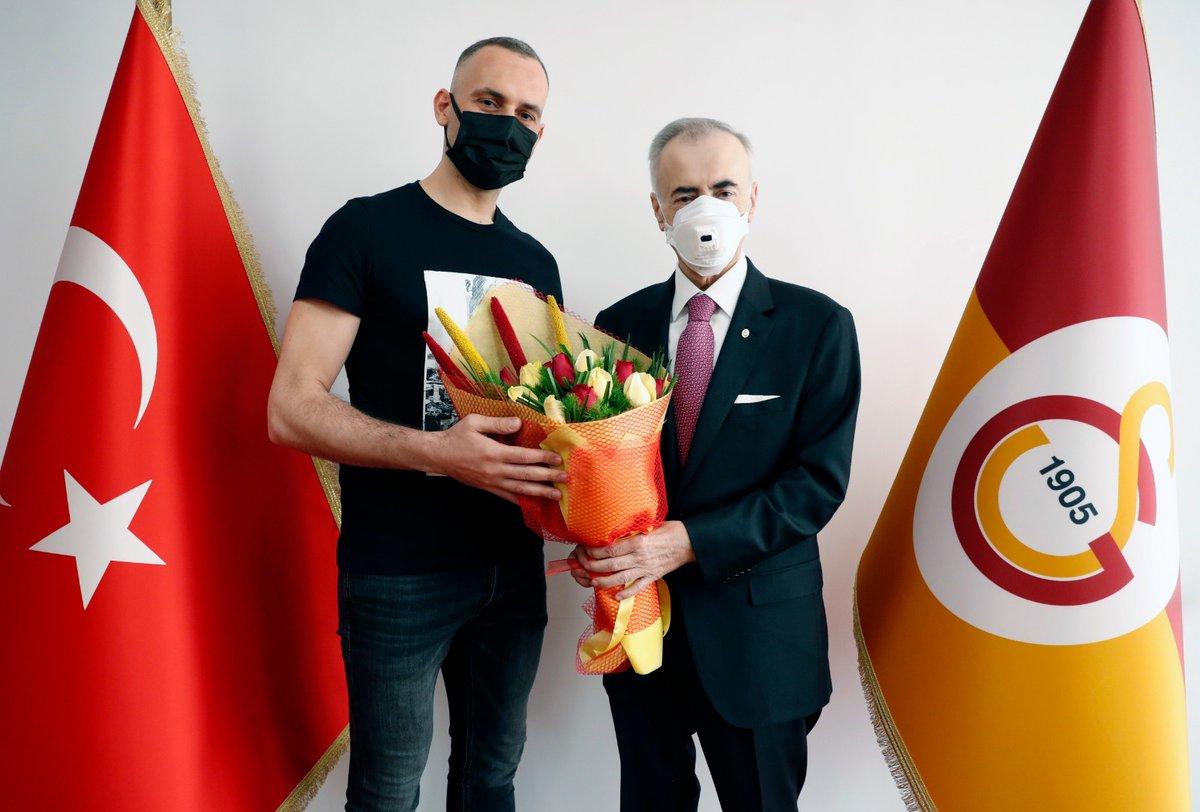 """Galatasaray Voleybol on Twitter: """"Başkanımız Mustafa Cengiz'den Selçuk  Keskin'e teşekkür plaketi https://t.co/BLjTacvvo0… """""""
