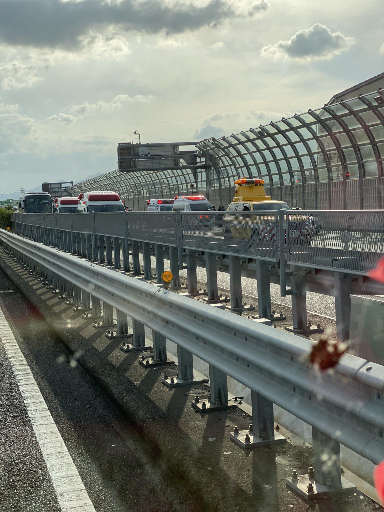 東名高速の海老名JCTで玉突き事故の現場の画像