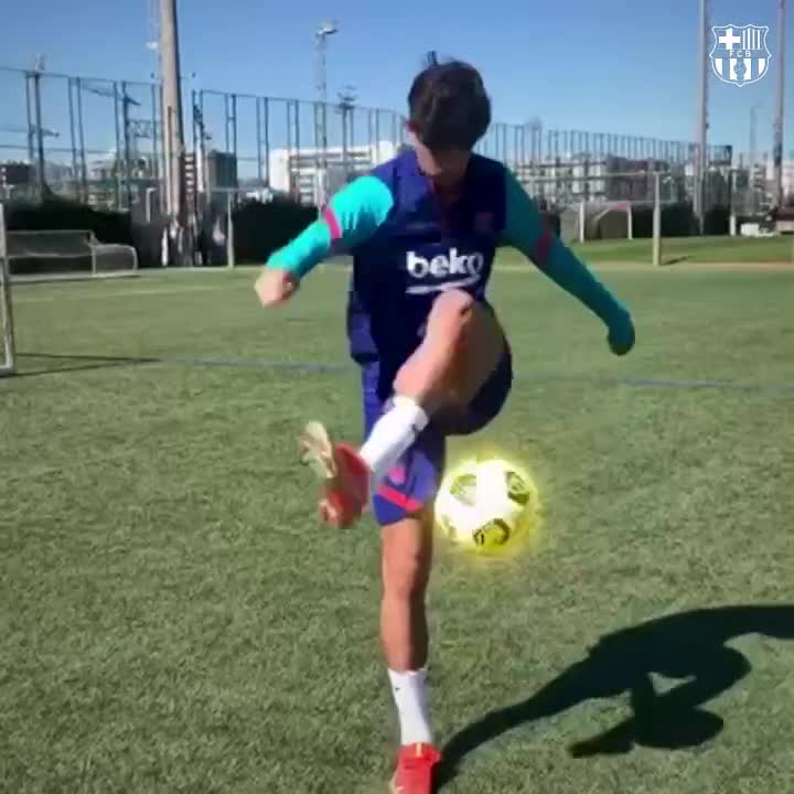 Q: Who can juggle and put on a shirt at the same time?   A: Trincão. 🤯👇 https://t.co/OlAwgOch5D